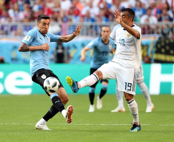 epa06838864 Matias Vecino of Uruguay (RL) and Aleksandr Samedov of Russia in action during the FIFA World Cup 2018 group A preliminary round soccer match between Uruguay and Russia in Samara, Russia, 25 June 2018.