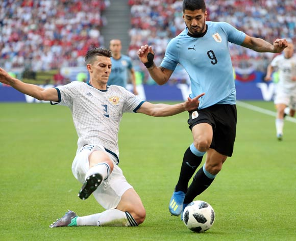 epa06838890 Luis Suarez of Uruguay (R) and Ilya Kutepov of Russia in action during the FIFA World Cup 2018 group A preliminary round soccer match between Uruguay and Russia in Samara, Russia, 25 June 2018.