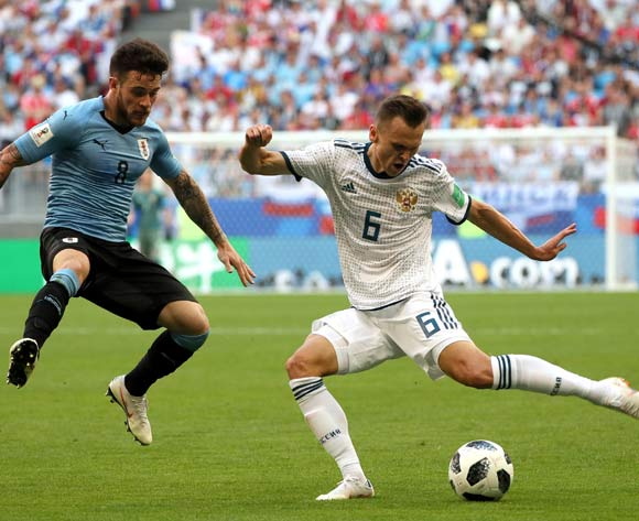 epa06838948 Nahitan Nandez (L) of Uruguay and Denis Cheryshev of Russia in action during the FIFA World Cup 2018 group A preliminary round soccer match between Uruguay and Russia in Samara, Russia, 25 June 2018.
