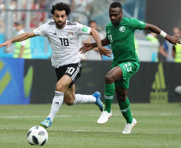 epa06838961 Mohamed Salah (L) of Egypt and Motaz Hawsawi of Saudi Arabia in action during the FIFA World Cup 2018 group A preliminary round soccer match between Saudi Arabia and Egypt in Volgograd, Russia, 25 June 2018.