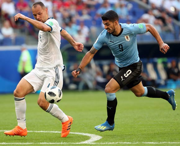 epa06839052 Luis Suarez of Uruguay (R) and Sergei Ignashevich of Russia in action during the FIFA World Cup 2018 group A preliminary round soccer match between Uruguay and Russia in Samara, Russia, 25 June 2018.