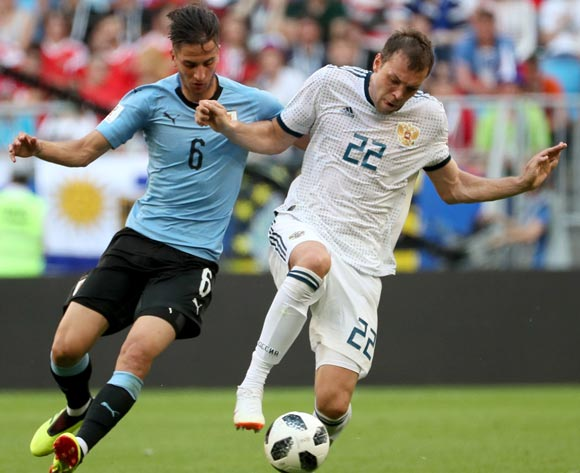 epa06839075 Rodrigo Bentancur (L) of Uruguay and Artem Dzyuba of Russia in action during the FIFA World Cup 2018 group A preliminary round soccer match between Uruguay and Russia in Samara, Russia, 25 June 2018.