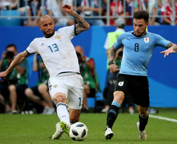 epa06839079 Fedor Kudryashov (L) of Russia and Nahitan Nandez of Uruguay in action during the FIFA World Cup 2018 group A preliminary round soccer match between Uruguay and Russia in Samara, Russia, 25 June 2018.
