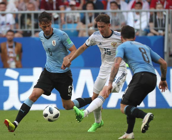 epa06839092 Aleksey Miranchuk (C) of Russia in action during the FIFA World Cup 2018 group A preliminary round soccer match between Uruguay and Russia in Samara, Russia, 25 June 2018.