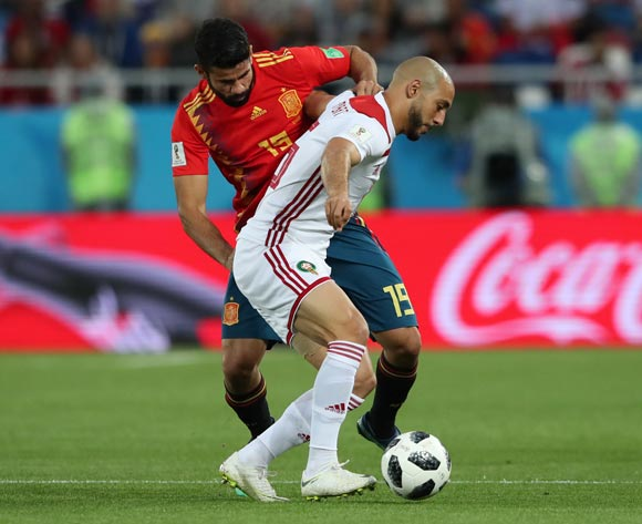 epa06839867 Diego Costa (L) of Spain and Noureddine Amrabat of Morocco in action during the FIFA World Cup 2018 group B preliminary round soccer match between Spain and Morocco in Kaliningrad, Russia, 25 June 2018.