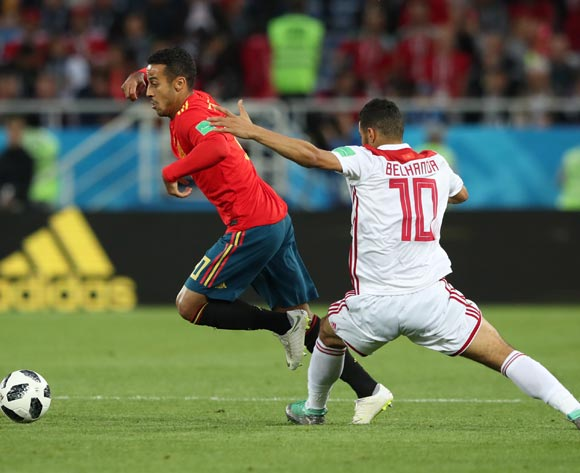 epa06839923 Thiago Alcantara (L) of Spain and Younes Belhanda of Morocco during the FIFA World Cup 2018 group B preliminary round soccer match between Spain and Morocco in Kaliningrad, Russia, 25 June 2018.