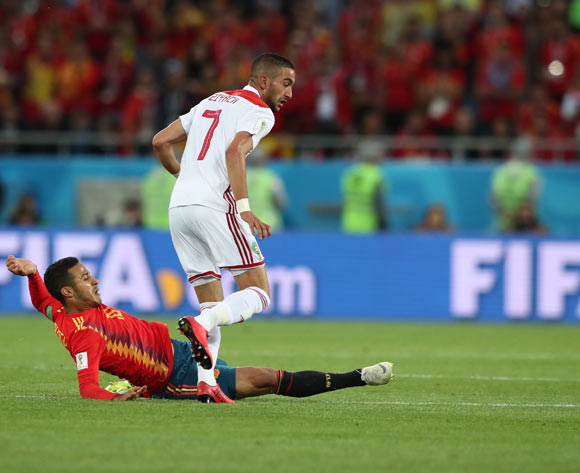 epa06840038 Thiago Alcantara (L) of Spain and Hakim Ziyach of Morocco in action during the FIFA World Cup 2018 group B preliminary round soccer match between Spain and Morocco in Kaliningrad, Russia, 25 June 2018.