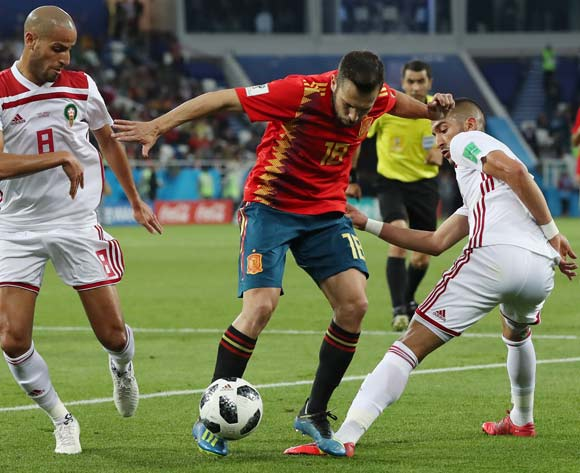 epa06840103 Jordi Alba (C) of Spain in action during the FIFA World Cup 2018 group B preliminary round soccer match between Spain and Morocco in Kaliningrad, Russia, 25 June 2018.