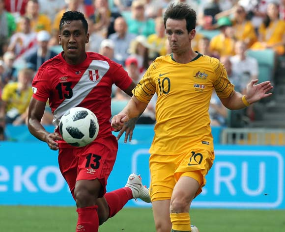 epa06841522 Robbie Kruse of Australia (R) and Renato Tapia of Peru in action during the FIFA World Cup 2018 group C preliminary round soccer match between Australia and Peru in Sochi, Russia, 26 June 2018.