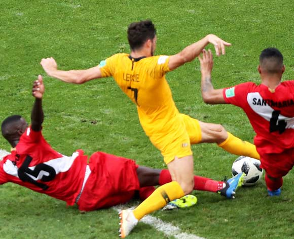 epa06841655 Mathew Leckie (C) of Australia in action during the FIFA World Cup 2018 group C preliminary round soccer match between Australia and Peru in Sochi, Russia, 26 June 2018.