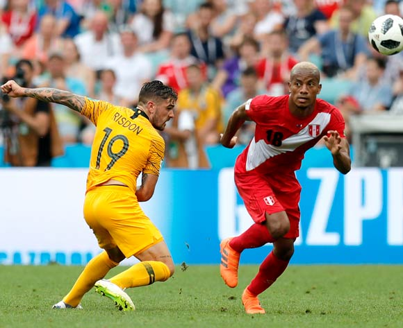 epa06841666 Joshua Risdon of Australia (L) and Andre Carrillo of Peru during the FIFA World Cup 2018 group C preliminary round soccer match between Australia and Peru in Sochi, Russia, 26 June 2018.