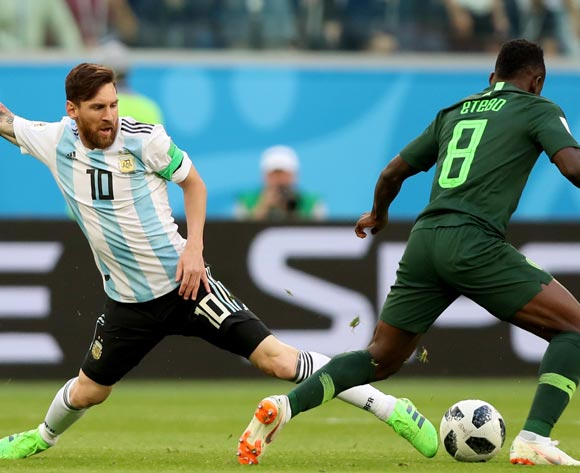 epa06842555 Lionel Messi (L) of Argentina and Oghenekaro Etebo of Nigeria in action during the FIFA World Cup 2018 group D preliminary round soccer match between Nigeria and Argentina in St.Petersburg, Russia, 26 June 2018.