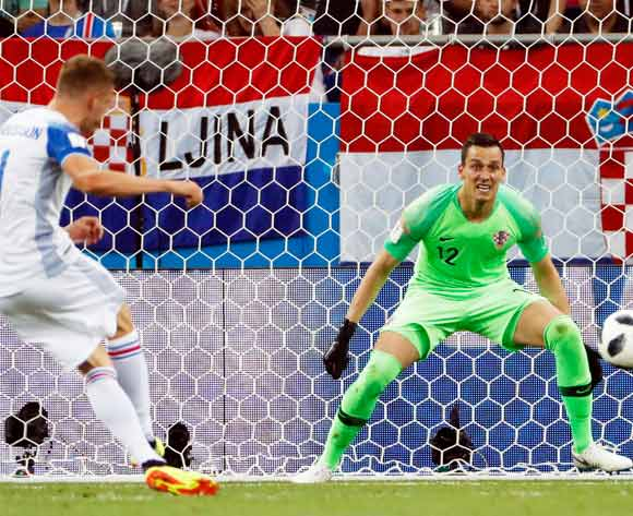 epa06842623 Alfred Finnbogason of Iceland takes a shot on goal against goalkeeper Lovre Kalinic of Croatia during the FIFA World Cup 2018 group D preliminary round soccer match between Iceland and Croatia in Rostov-On-Don, Russia, 26 June 2018.