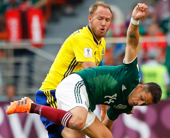 epa06844195 Andreas Granqvist (L) of Sweden in action against Javier Hernandez (R) of Mexico during the FIFA World Cup 2018 group F preliminary round soccer match between Mexico and Sweden in Ekaterinburg, Russia, 27 June 2018.