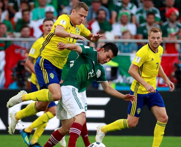 epa06844209 Mexican forward Hirving Lozano (C) and Swedish midfielder Victor Claesson (L) in action during the FIFA World Cup 2018 Group F soccer match between Mexico and Sweden, in Ekaterinburg, Russia, 27 June 2018.