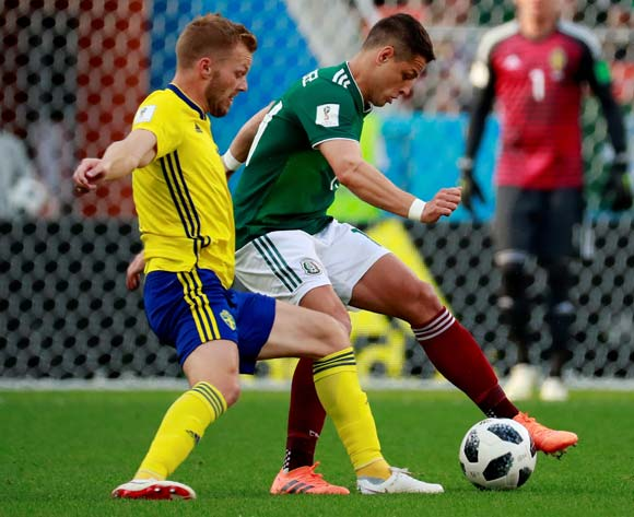 epa06844213 Mexican forward Javier Hernandez (R) and Swedish midfielder Sebastian Larsson in action during the FIFA World Cup 2018 Group F soccer match between Mexico and Sweden, in Ekaterinburg, Russia, 27 June 2018.