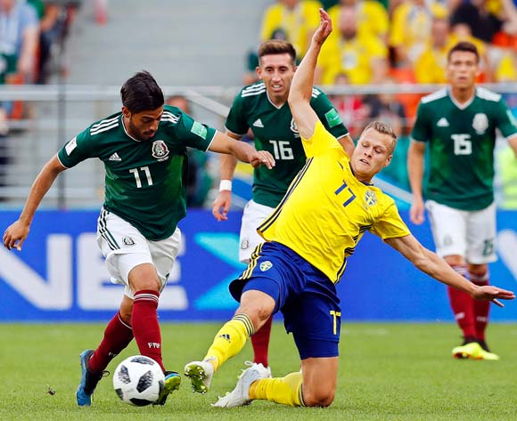 epa06844215 Carlos Vela (L) of Mexico in action against Viktor Claesson (R) of Sweden during the FIFA World Cup 2018 group F preliminary round soccer match between Mexico and Sweden in Ekaterinburg, Russia, 27 June 2018.