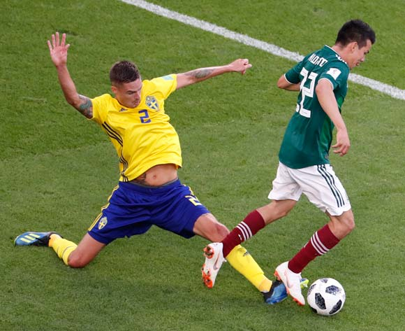 epa06844223 Mikael Lustig (L) of Sweden and Hirving Lozano of Mexico in action during the FIFA World Cup 2018 group F preliminary round soccer match between Mexico and Sweden in Ekaterinburg, Russia, 27 June 2018.