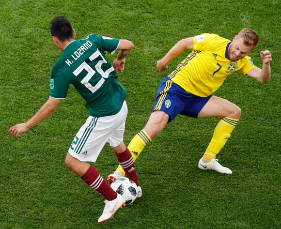 epa06844241 Hirving Lozano (L) of Mexico and Sebastian Larsson of Sweden in action during the FIFA World Cup 2018 group F preliminary round soccer match between Mexico and Sweden in Ekaterinburg, Russia, 27 June 2018.