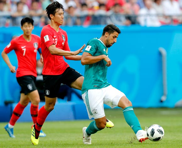 epa06844267 Sami Khedira (R) of Germany and Koo Ja-cheol of South Korea in action during the FIFA World Cup 2018 group F preliminary round soccer match between South Korea and Germany in Kazan, Russia, 27 June 2018.