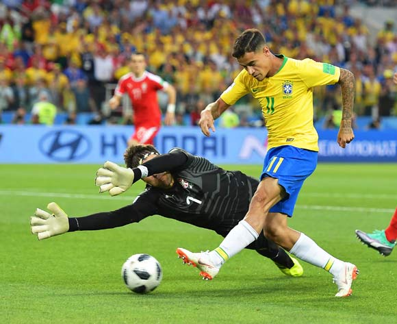epa06845299 Philippe Coutinho (C) of Brazil in action against Serbia's goalkeeper Vladimir Stojkovic (L) during the FIFA World Cup 2018 group E preliminary round soccer match between Serbia and Brazil in Moscow, Russia, 27 June 2018.