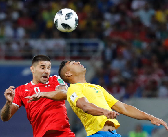epa06845340 Aleksandar Mitrovic (L) of Serbia and Casemiro of Brazil in action during the FIFA World Cup 2018 group E preliminary round soccer match between Serbia and Brazil in Moscow, Russia, 27 June 2018.