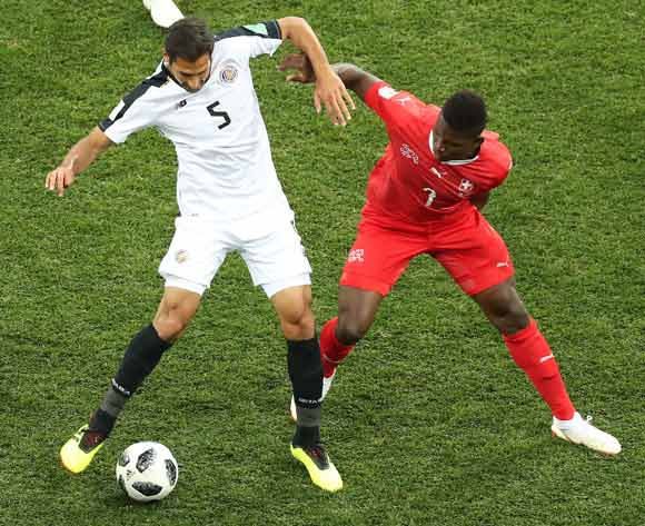 epa06845359 Breel Embolo of Switzerland (R) and Celso Borges of Costa Rica (L) in action during the FIFA World Cup 2018 group E preliminary round soccer match between Switzerland and Costa Rica in Nizhny Novgorod, Russia, 27 June 2018.