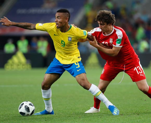 epa06845771 Gabriel Jesus (L) of Brazil and Milos Veljkovic of Serbia in action during the FIFA World Cup 2018 group E preliminary round soccer match between Serbia and Brazil in Moscow, Russia, 27 June 2018.