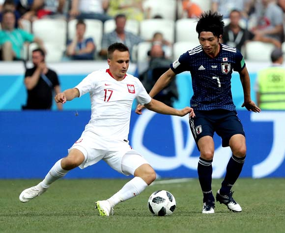epa06847777 Gaku Shibasaki of Japan (R) and Slawomir Peszko of Poland in action during the FIFA World Cup 2018 group H preliminary round soccer match between Japan and Poland in Volgograd, Russia, 28 June 2018.