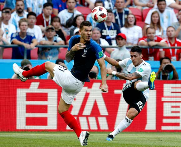epa06852024 Lucas Hernandez of France (L) and Cristian Pavon of Argentina in action during the FIFA World Cup 2018 round of 16 soccer match between France and Argentina in Kazan, Russia, 30 June 2018.
