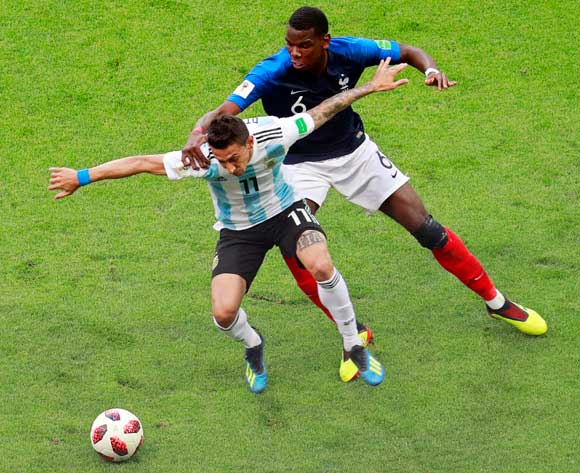 epa06852025 Paul Pogba (R) of France in action against Angel Di Maria (L) of Argentina during the FIFA World Cup 2018 round of 16 soccer match between France and Argentina in Kazan, Russia, 30 June 2018.