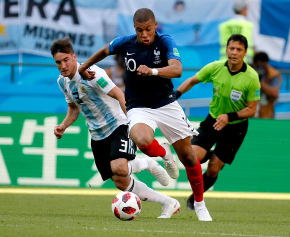 epa06852066 Nicolas Tagliafico of Argentina (L) and Kylian Mbappe of France (C) in action during the FIFA World Cup 2018 round of 16 soccer match between France and Argentina in Kazan, Russia, 30 June 2018.