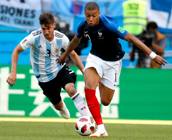 epa06852080 Nicolas Tagliafico of Argentina (L) and Kylian Mbappe of France (R) in action during the FIFA World Cup 2018 round of 16 soccer match between France and Argentina in Kazan, Russia, 30 June 2018.