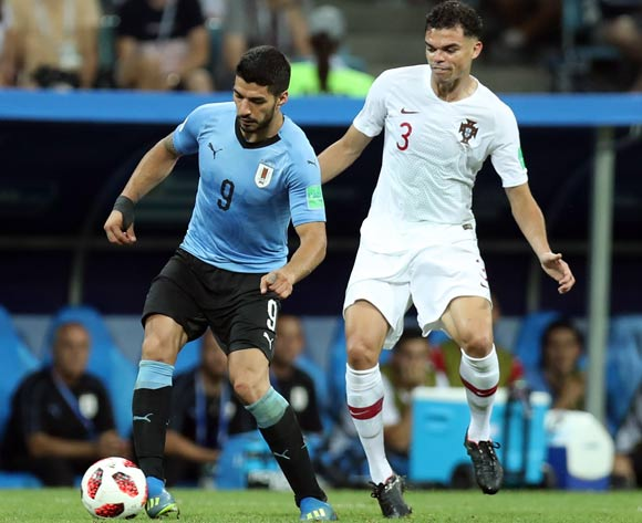 epa06853427 Luis Suarez (L) of Uruguay and Pepe of Portugal in action during the FIFA World Cup 2018 round of 16 soccer match between Uruguay and Portugal in Sochi, Russia, 30 June 2018.