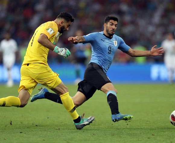 epa06853448 Luis Suarez of Uruguay (R) and goalkeeper Rui Patricio of Portugal in action during the FIFA World Cup 2018 round of 16 soccer match between Uruguay and Portugal in Sochi, Russia, 30 June 2018.