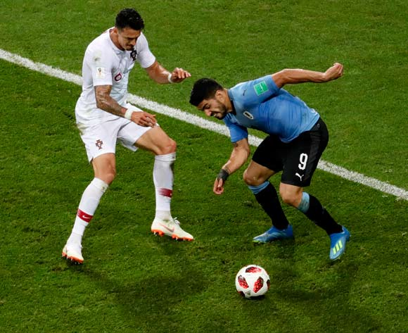 epa06853468 Jose Fonte (L) of Portugal and Luis Suarez of Uruguay in action during the FIFA World Cup 2018 round of 16 soccer match between Uruguay and Portugal in Sochi, Russia, 30 June 2018.