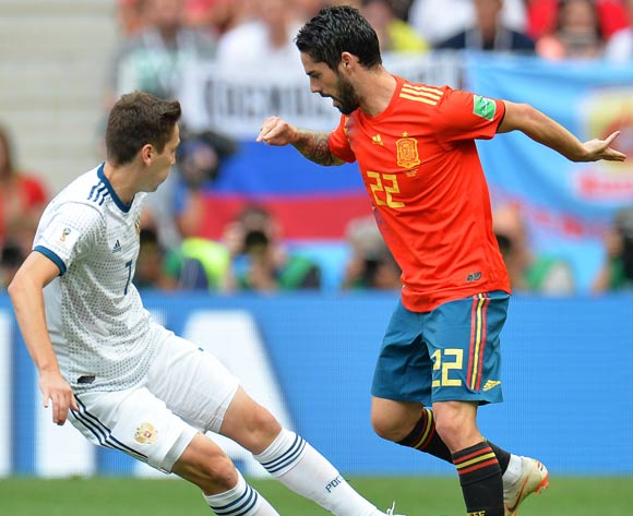 epa06855057 Daler Kuzyaev (L) of Russia in action against Isco (R) of Spain during the FIFA World Cup 2018 round of 16 soccer match between Spain and Russia in Moscow, Russia, 01 July 2018.