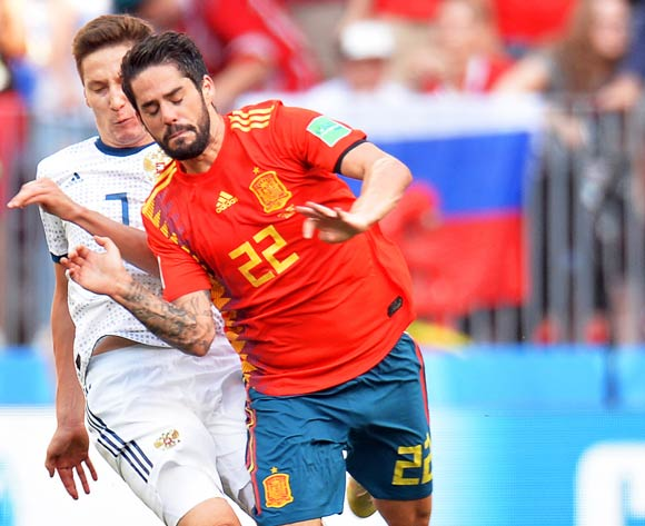 epa06855063 Daler Kuzyaev (L) of Russia in action against Isco (R) of Spain during the FIFA World Cup 2018 round of 16 soccer match between Spain and Russia in Moscow, Russia, 01 July 2018.