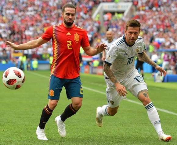 epa06855439 Dani Carvajal (L) of Spain in action against Fedor Smolov (R) of Russia during the FIFA World Cup 2018 round of 16 soccer match between Spain and Russia in Moscow, Russia, 01 July 2018.