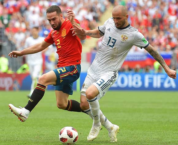 epa06855443 Dani Carvajal (L) of Spain in action against Fedor Kudryashov (R) of Russia during the FIFA World Cup 2018 round of 16 soccer match between Spain and Russia in Moscow, Russia, 01 July 2018.