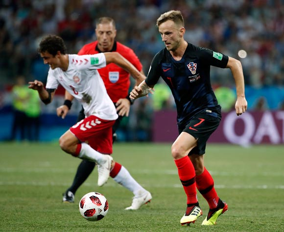 epa06856253 Ivan Rakitic of Croatia (R) and Thomas Delaney of Denmark in action during the FIFA World Cup 2018 round of 16 soccer match between Croatia and Denmark in Nizhny Novgorod, Russia, 01 July 2018.