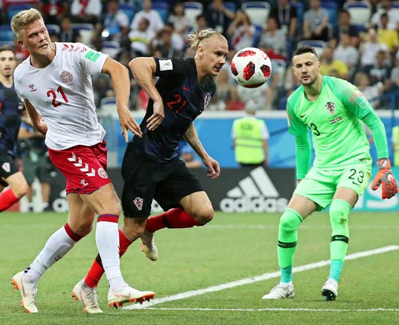 epa06856279 Andreas Cornelius (L) of Denmark in action against Croatian players Domagoj Vida (C) and goalkeeper Danijel Subasic (R) during the FIFA World Cup 2018 round of 16 soccer match between Croatia and Denmark in Nizhny Novgorod, Russia, 01 July 2018.