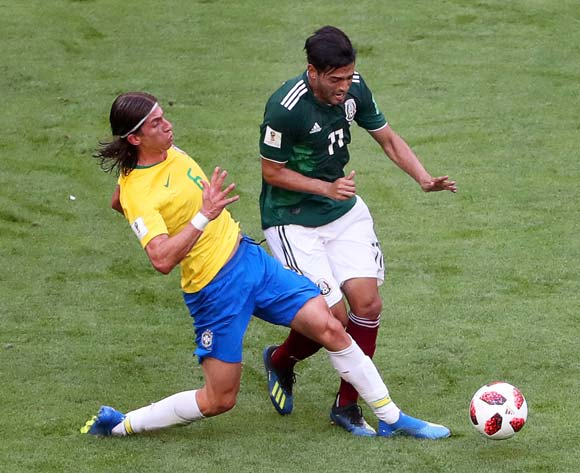 epa06858133 Filipe Luis (L) of Brazil in action against Carlos Vela (R) of Mexico during the FIFA World Cup 2018 round of 16 soccer match between Brazil and Mexico in Samara, Russia, 02 July 2018.