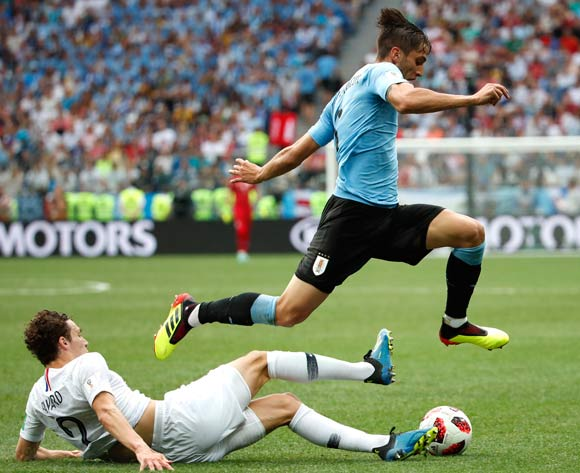 epa06868388 Benjamin Pavard (L) of France and Rodrigo Bentancur of Uruguay in action during the FIFA World Cup 2018 quarter final soccer match between Uruguay and France in Nizhny Novgorod, Russia, 06 July 2018.