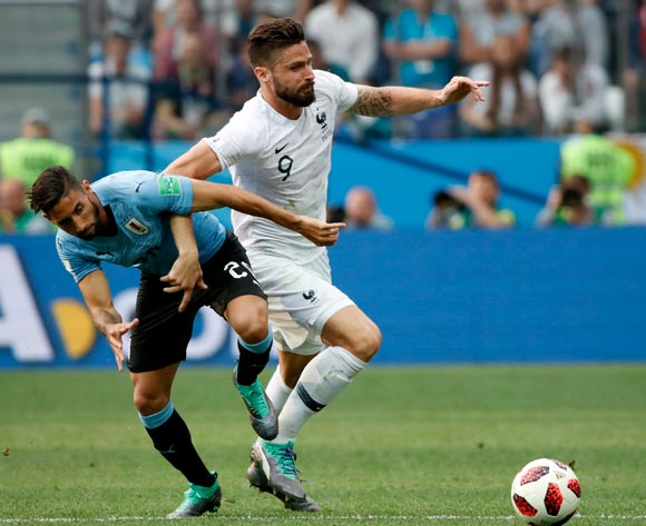 epa06868669 Olivier Giroud (R) of France and Jonathan Urretaviscaya of Uruguayy in action during the FIFA World Cup 2018 quarter final soccer match between Uruguay and France in Nizhny Novgorod, Russia, 06 July 2018.