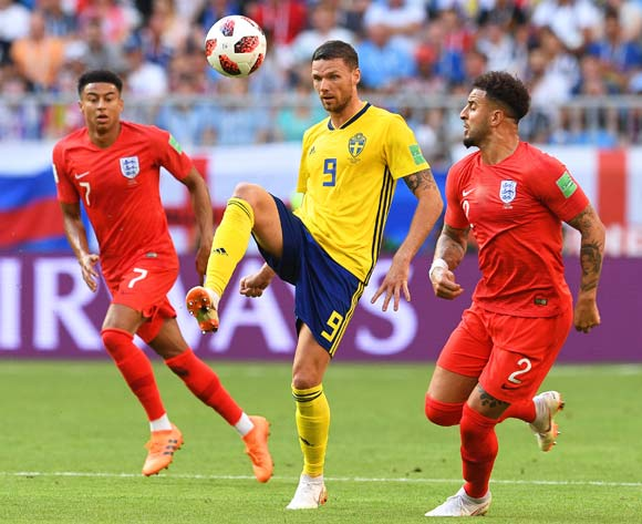 epa06871123 Marcus Berg (C) of Sweden in action against England players Jesse Lingard (L) and Kyle Walker (R) during the FIFA World Cup 2018 quarter final soccer match between Sweden and England in Samara, Russia, 07 July 2018.
