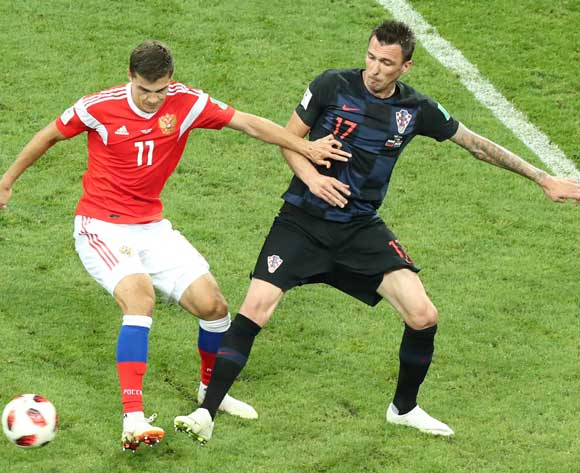 epa06872442 Mario Mandzukic (R) of Croatia and Roman Zobnin of Russia in action during the FIFA World Cup 2018 quarter final soccer match between Russia and Croatia in Sochi, Russia, 07 July 2018.