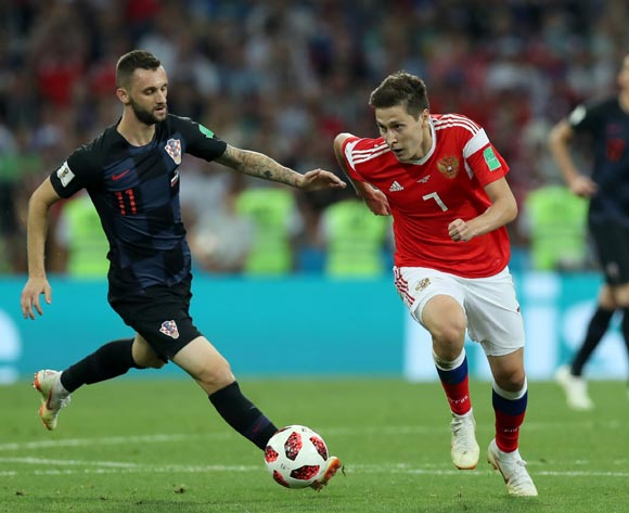 epa06872477 Daler Kuzyaev (R) of Russia and Marcelo Brozovic of Croatia in action during the FIFA World Cup 2018 quarter final soccer match between Russia and Croatia in Sochi, Russia, 07 July 2018.