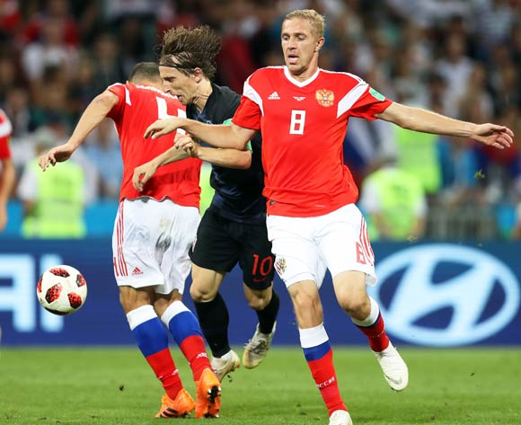 epa06872747 Luka Modric (2-R) of Croatia in action against Yury Gazinsky (R) of Russia during the FIFA World Cup 2018 quarter final soccer match between Russia and Croatia in Sochi, Russia, 07 July 2018.