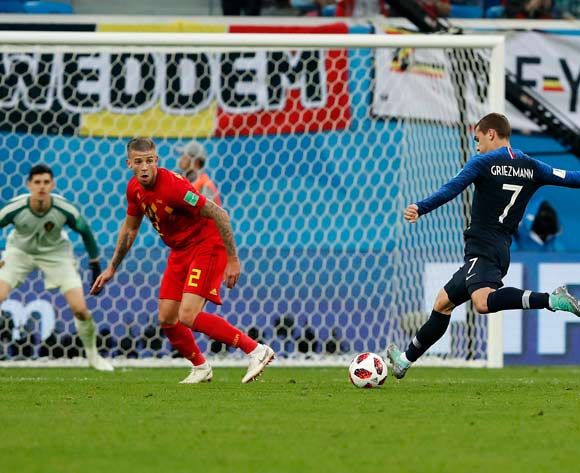 epa06878780 Antoine Griezmann of France (R) and Toby Alderweireld of Belgium (C) in action during the FIFA World Cup 2018 semi final soccer match between France and Belgium in St.Petersburg, Russia, 10 July 2018.